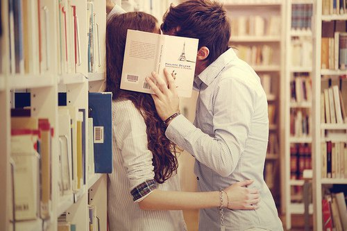 beso-en-la-biblioteca
